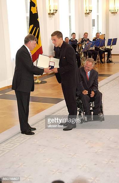 Fußballspieler Lukas Podolski Bundespräsident Horst Köhler und Bundesinnenminister Wolfgang Schäuble anlässlich der Auszeichnung der Spieler der...
