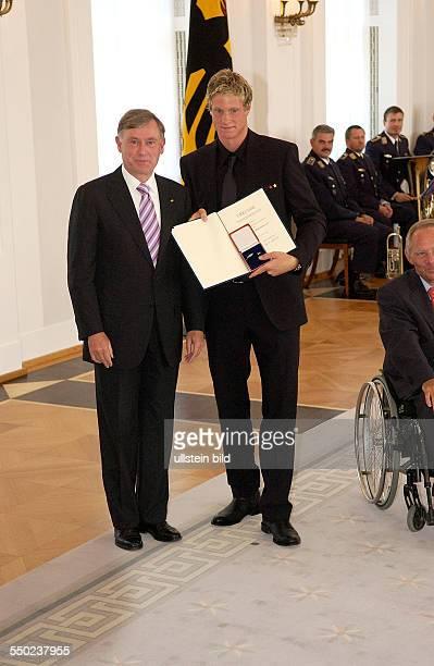 Fußballspieler Marcell Jansen und Bundespräsident Horst Köhler anlässlich der Auszeichnung der Spieler der deutschen Nußballnationalmannschaft mit...