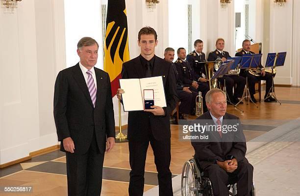 Fußballspieler Miroslav Klose Bundespräsident Horst Köhler und Bundesinnenminister Wolfgang Schäuble anlässlich der Auszeichnung der Spieler der...