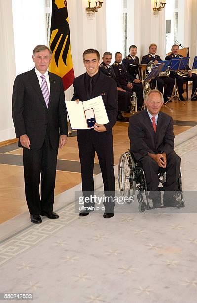 Fußballspieler Philipp Lahm Bundespräsident Horst Köhler und Bundesinnenminister Wolfgang Schäuble anlässlich der Auszeichnung der Spieler der...
