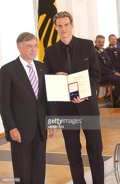 Fußballspieler Tim Borowski und Bundespräsident Horst Köhler anlässlich der Auszeichnung der Spieler der deutschen Nußballnationalmannschaft mit dem...