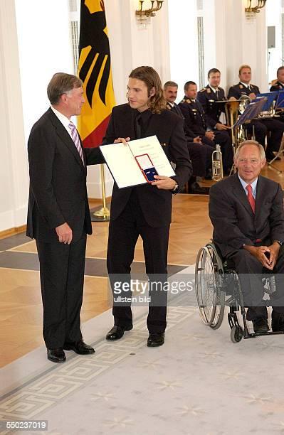 Fußballspieler Torsten Frings Bundespräsident Horst Köhler und Bundesinnenminister Wolfgang Schäuble anlässlich der Auszeichnung der Spieler der...