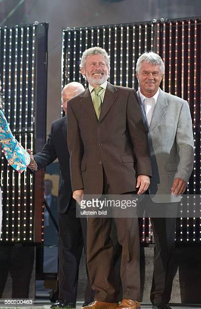 Fußballstars Paul Breitner Jürgen Sparwasser und Sir Bobby Charlton anlässlich der Eröffnung der FIFA Fanmeile vor dem Brandenburger Tor in Berlin