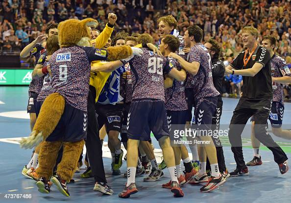 Fuechse Team celebrates the home victory with the fans during the game between Fuechse Berlin and HSV Handball on may 17 2015 in Berlin Germany