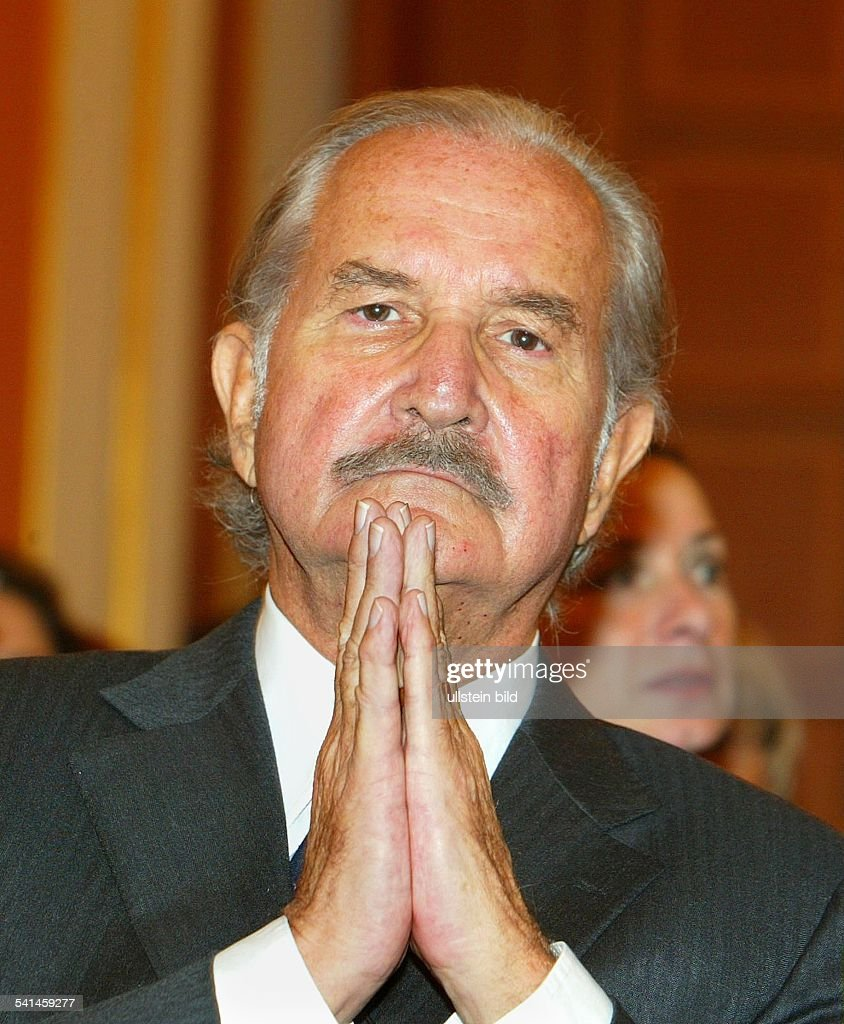 Fuentes Carlos *Schriftsteller MEX mit gefalteten Haenden