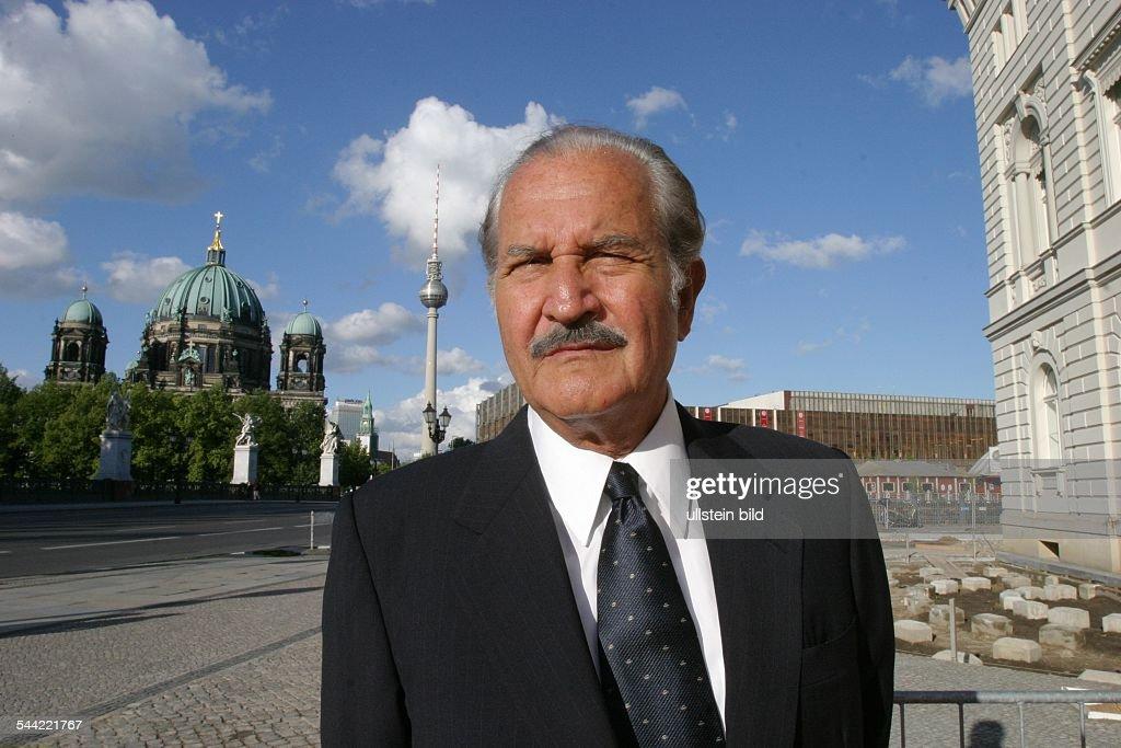 Fuentes Carlos *Schriftsteller MEX vor der Hauptstadtrepraesentanz der Bertelsmann AG Unter den Linden 1 in Berlin