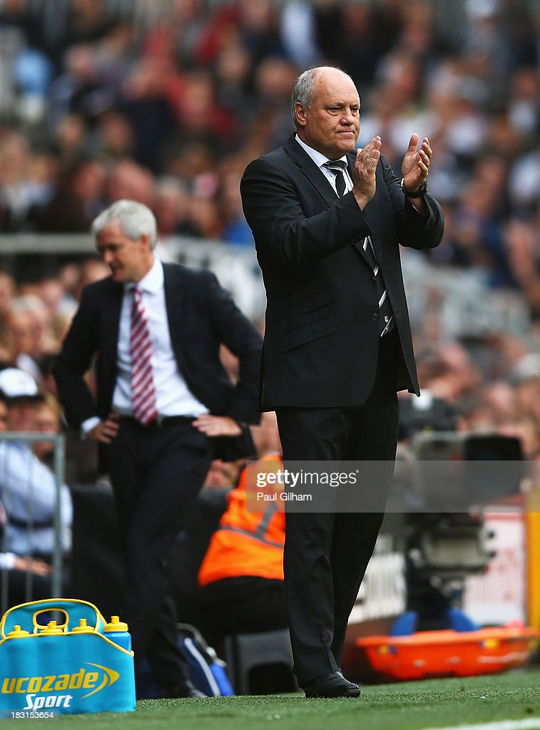 Fulham manager <a gi-track='captionPersonalityLinkClicked' href=/galleries/search?phrase=Martin+Jol&family=editorial&specificpeople=215368 ng-click='$event.stopPropagation()'>Martin Jol</a> applauds his team as <a gi-track='captionPersonalityLinkClicked' href=/galleries/search?phrase=Mark+Hughes+-+Walisischer+Fu%C3%9Fballmanager&family=editorial&specificpeople=206223 ng-click='$event.stopPropagation()'>Mark Hughes</a>, manager of Stoke City reacts during the Barclays Premier League match between Fulham and Stoke City at Craven Cottage on October 5, 2013 in London, England.