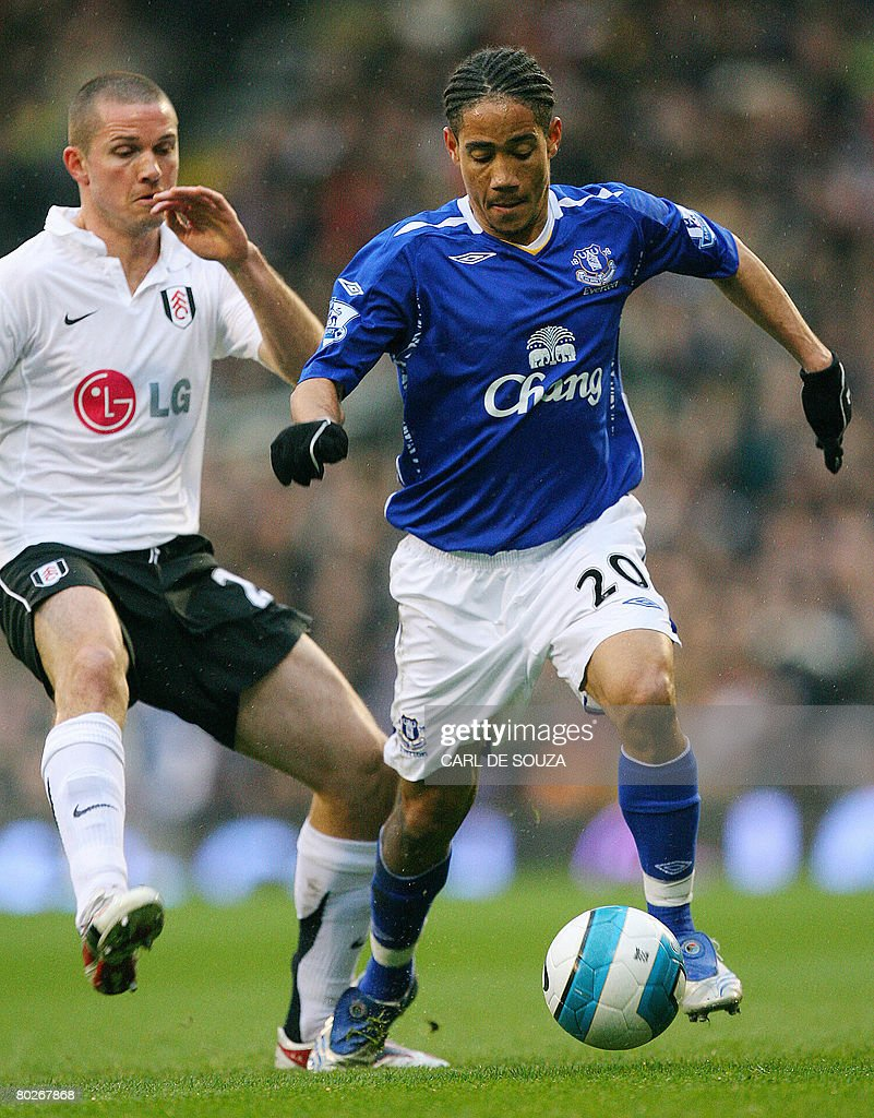Fulham's Leon Andreasen (L) vies with Everton's Steve Pienaar during their Premiership match at Fulham's Craven Cottage Stadium on March 16, 2008 in London. AFP PHOTO/CARL DE SOUZA --- Mobile and website use of domestic English football pictures are subject to obtaining a Photographic End User Licence from Football DataCo Ltd Tel : +44 (0) 207 864 9121 or e-mail accreditations@football-dataco.com - applies to Premier and Football League