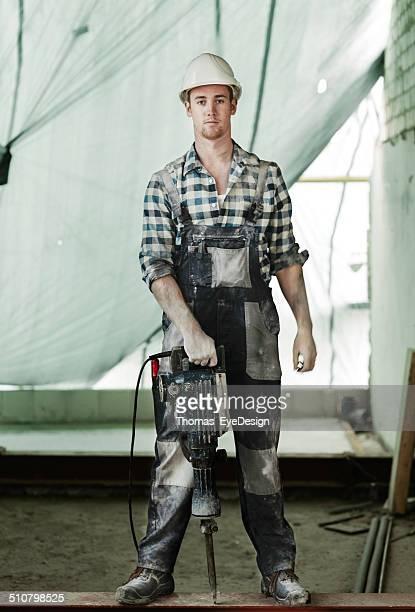 Retrato de cuerpo entero de trabajador de construcción