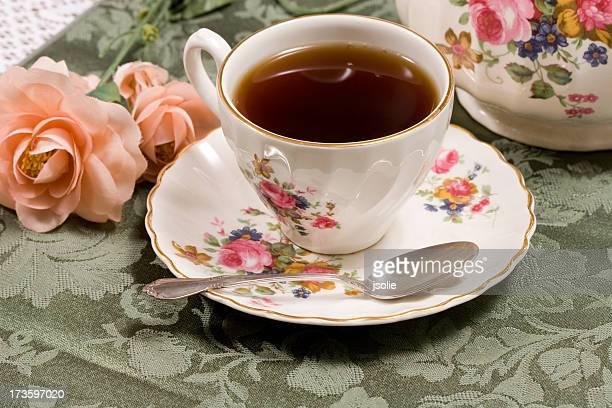 Une tasse de thé dans une soucoupe