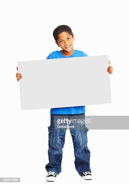 Toute la longueur d'un heureux enfant tenant bannière contre blanc
