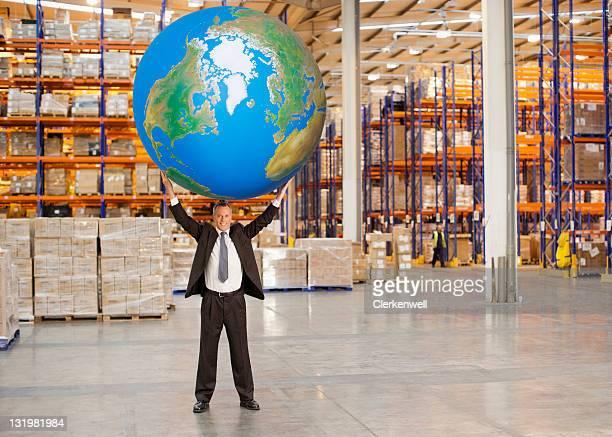 Longitud total de hombre maduro sujetar en el aire gran blue ball