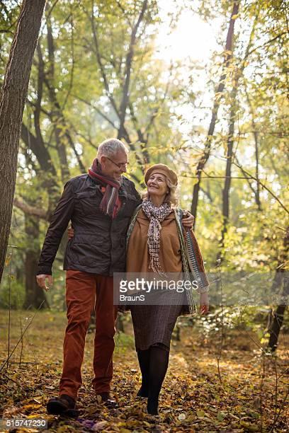 Lunghezza di Coppia anziana facendo una passeggiata in autunno.