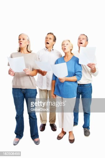 Longitud total de las personas mayores cantar juntos contra blanco