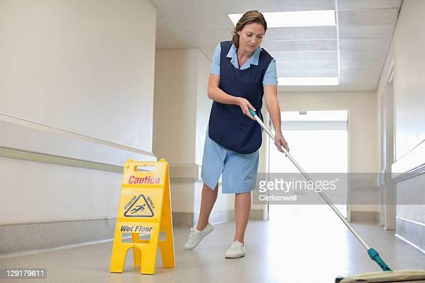 Pleine longueur de femme de nettoyage Hôpital étage