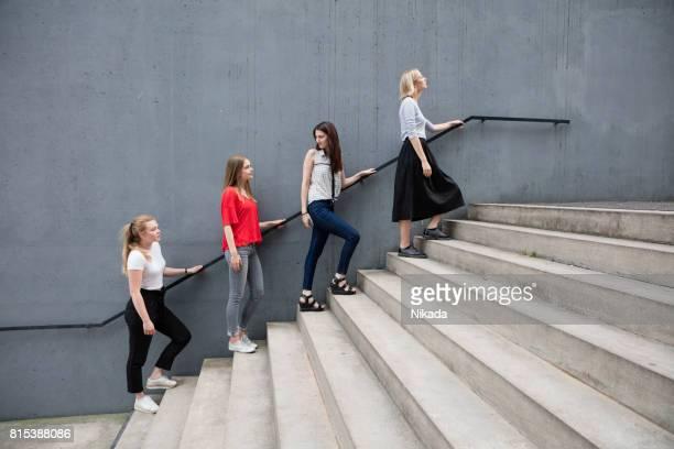 Gesamte Länge der jungen Frauen stehen auf Schritte durch Betonwand