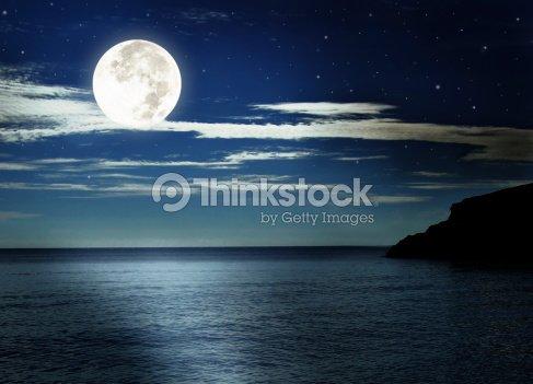 Luna Piena Sul Mare Foto Stock Thinkstock