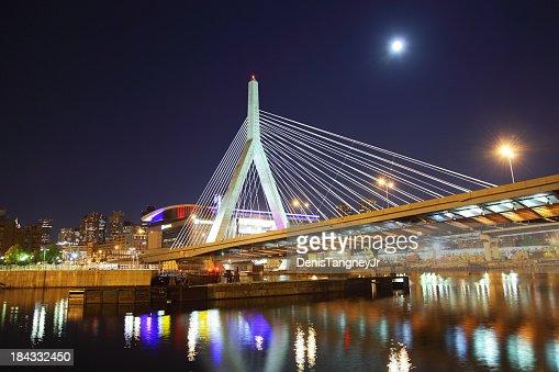 満月を Zakim ブリッジ