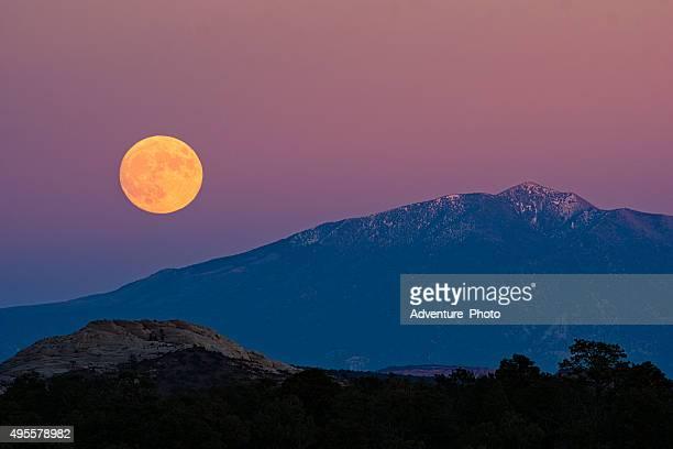 Luna piena crescente su deserto e montagne