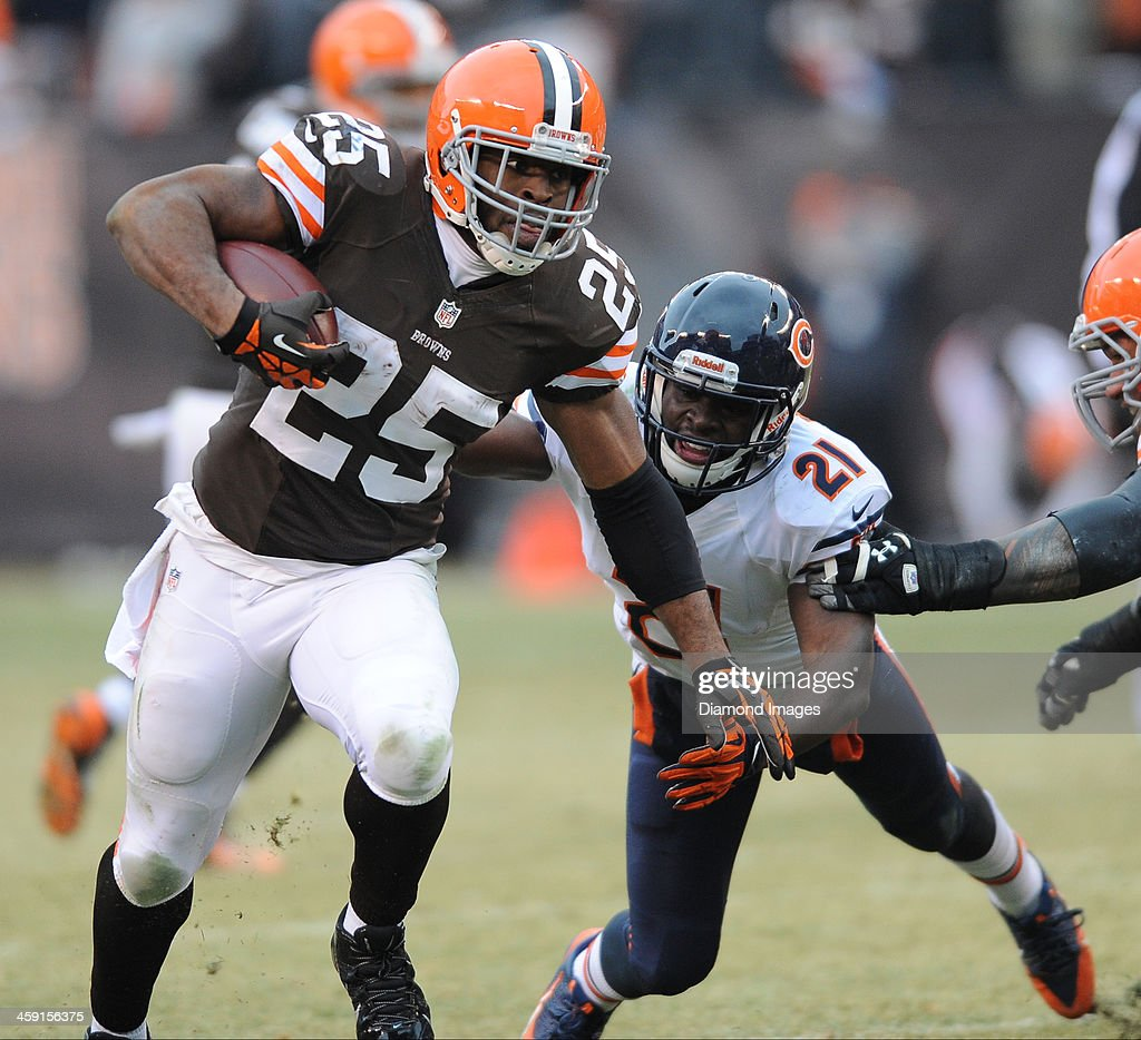 Fullback <a gi-track='captionPersonalityLinkClicked' href=/galleries/search?phrase=Chris+Ogbonnaya&family=editorial&specificpeople=2168653 ng-click='$event.stopPropagation()'>Chris Ogbonnaya</a> #25 of the Cleveland Browns runs the football during a game against the Chicago Bears at FirstEnergy Stadium in Cleveland, Ohio. The Bears won 38-31.