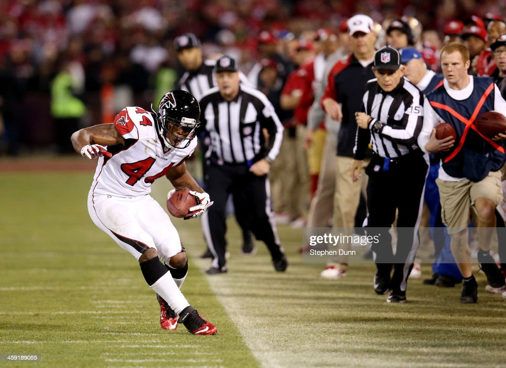 Fullback <a gi-track='captionPersonalityLinkClicked' href=/galleries/search?phrase=Jason+Snelling&family=editorial&specificpeople=2143404 ng-click='$event.stopPropagation()'>Jason Snelling</a> #44 of the Atlanta Falcons recovers an onside kick in the fourth quarter against the San Francisco 49ers during a game at Candlestick Park on December 23, 2013 in San Francisco, California.