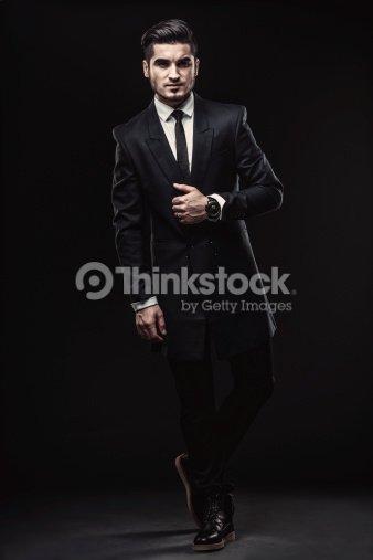 Retrato de cuerpo entero de elegante estilo de hombre elegante traje negro    Foto de stock c0b50cd6de0