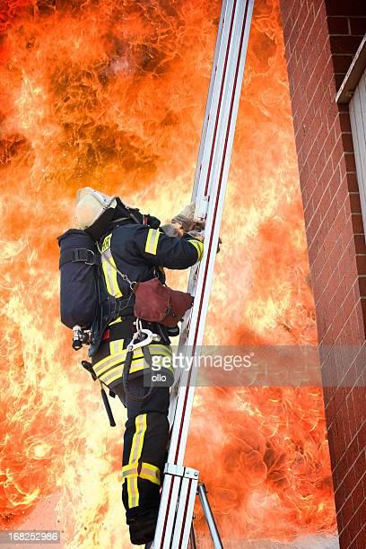 Voll ausgestattete Feuerwehrmann auf einer Leiter