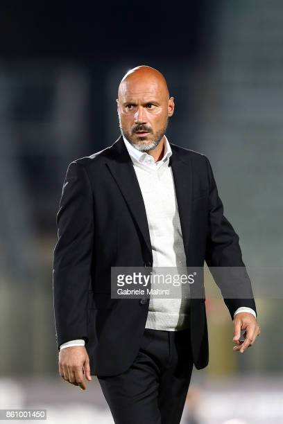 Fulvio Pea manager of Pro Piacenza shouts instructions to his players during the Serie Lega Pro match between Robur Siena and Pro Piacenza at Stadio...