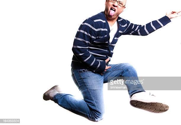 Amusant de sauter jeune homme jouant de la guitare