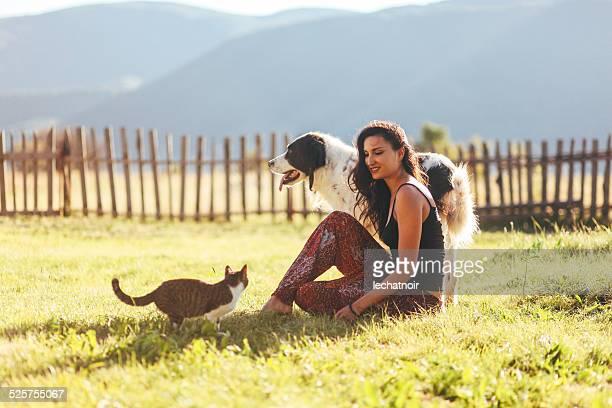 Diversión con los gatos y perros en la soleada al aire libre