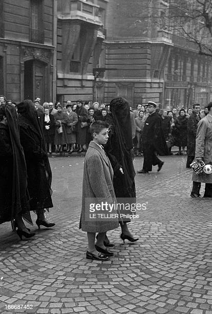 Funeral Of Jacques Fath A Paris lors des obsèques du couturier Jacques FATH dans le cortège sa veuve Geneviève FATH avec un voile noir tenant leur...