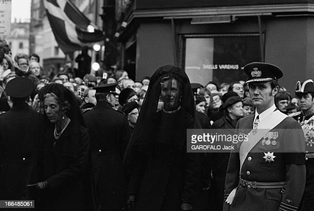 Funeral Of King Frederic Ix Of Denmark Copenhague 25 Janvier 1972 Lors des obsèques du roi Frédéric IX DU DANEMARK dans la rue de gauche à droite la...