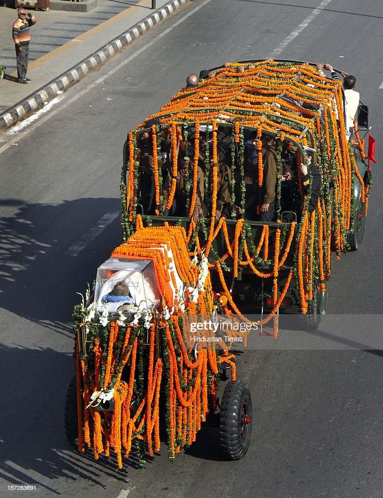 Funeral procession of former Prime Minister I K Gujral passes from ITO on December 1, 2012 in New Delhi, India. Inder Kumar Gujral who served as 12th Prime minister of India from April 1997 to March 1998 passed away on November 30, 2012 at the age of 92 years.