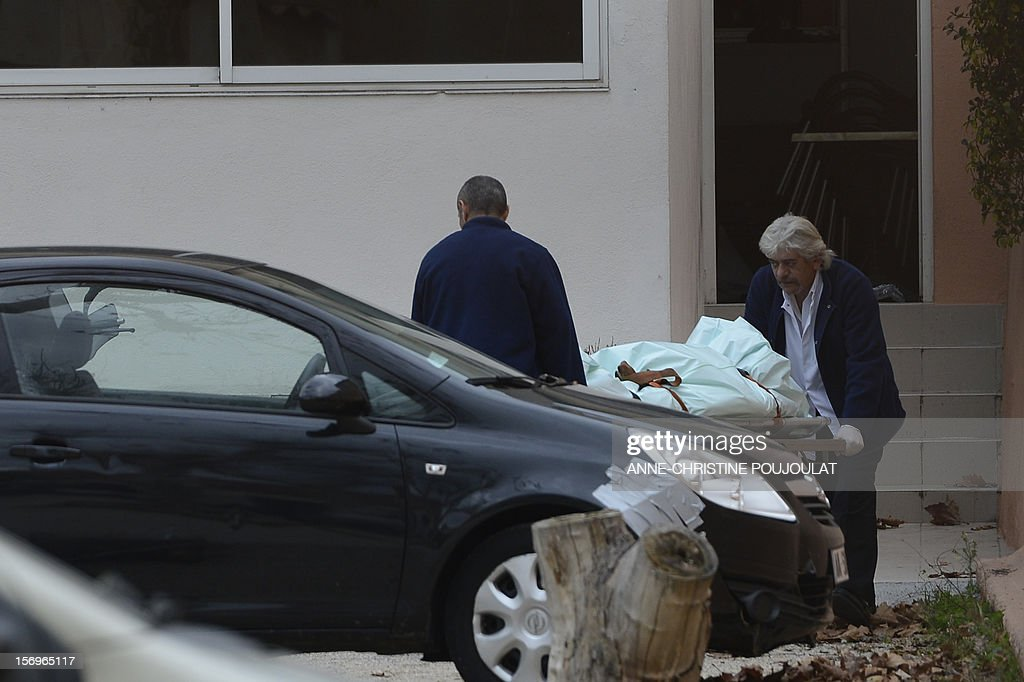 Funeral services employees carry on November 26, 2012 in Marseille, southeastern France, the body of a 47-year old man shot dead by two unidentified people who stole his briefcase in a cigar store.