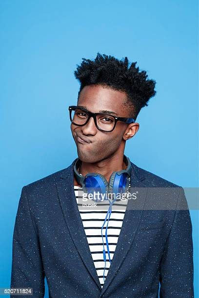 Irre Afro amerikanische Mann vor blauem Hintergrund