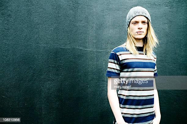 Moda giovane uomo con capelli lunghi