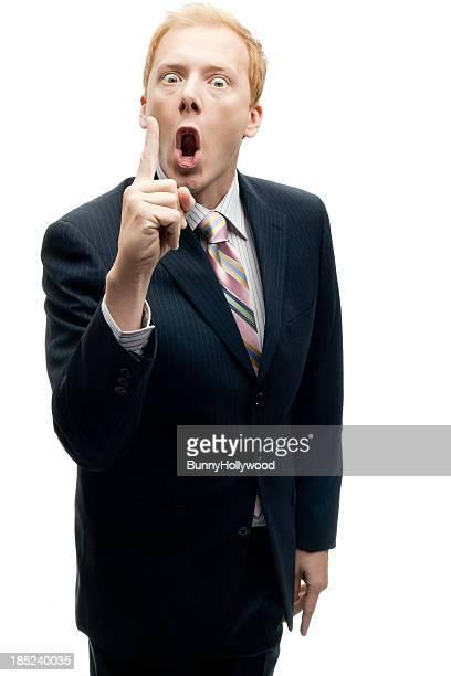 Drôle Homme d'affaires crier un avertissement sur blanc