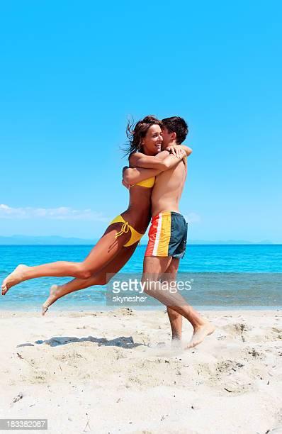 Divertente coppia godendo sulla costa del Mare.