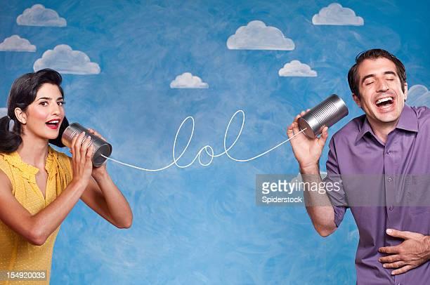 Lustige Paar mit Blechdose Telefon können