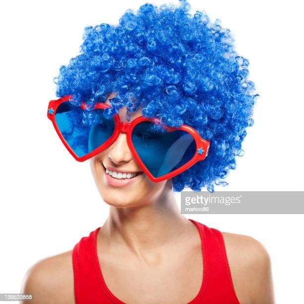 Lustige Frau mit blauer Perücke und große Gläser