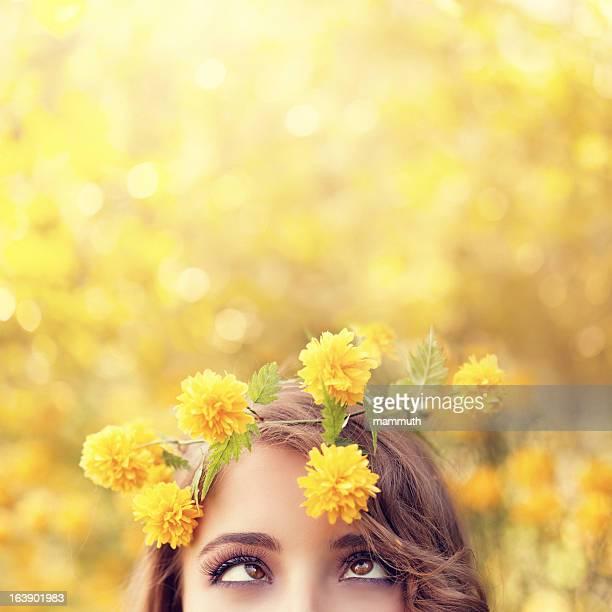 Lustige Mädchen mit gelben Blumen Kranz
