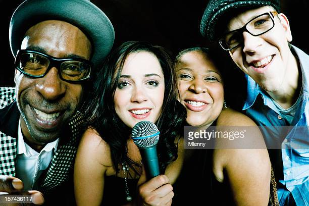 Lustige Karaoke Freunde singen gemeinsam
