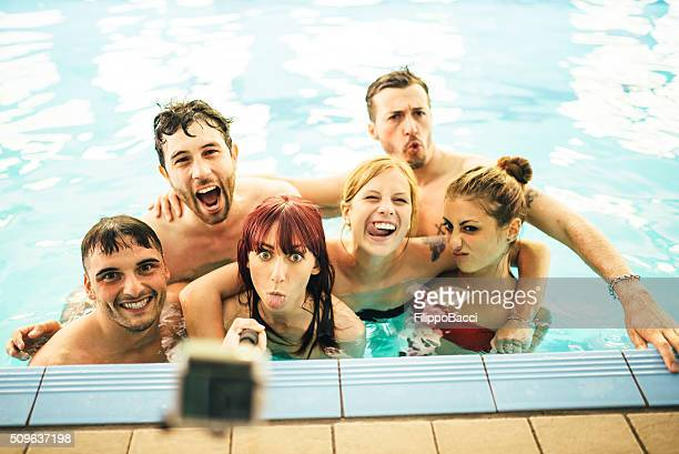 Gracioso Selfie en la piscina de natación