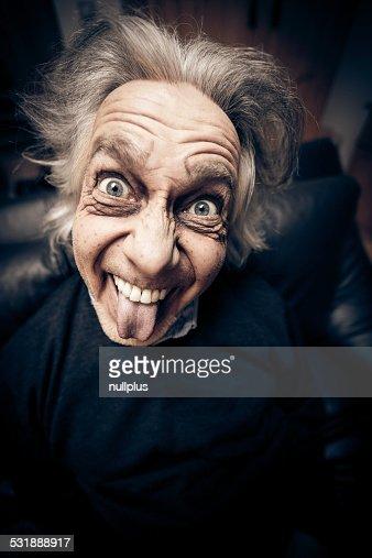 面白いことを考える老人男性の顔