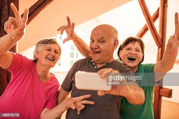 面白い若者の自分撮りに携帯電話ください。