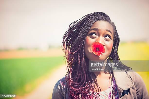 Lustiger junge afrikanische Frau