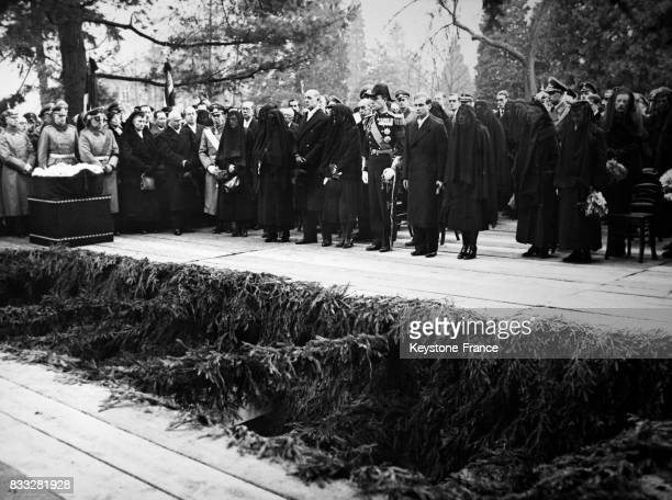 Funérailles de la famille royale de HesseDarmstadt Georges de HesseDarmstadt sa femme Cécile de Grèce leurs deux enfants les princes Ludwig et...