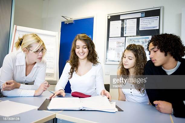 10 代の学生:クラス同士、彼らの教師