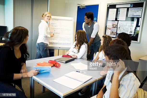 Jeunes étudiants: Atmosphère contemporaine de salle de classe avec les élèves et enseignant divers