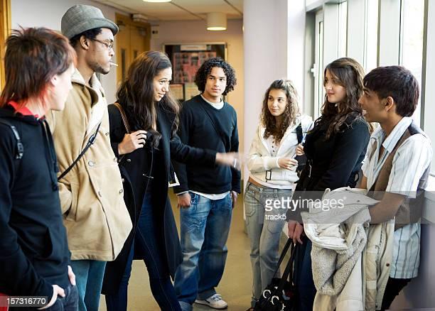 teenage Studenten: Große Schule Freunde warten auf Kurs zu beginnen.